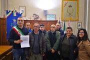Franco Turini consegna il ricavato delle sue opere al Comune di Calci